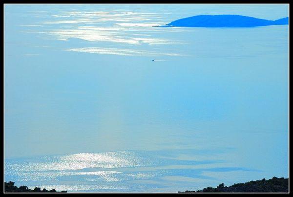 la mer bleue sous la lumière