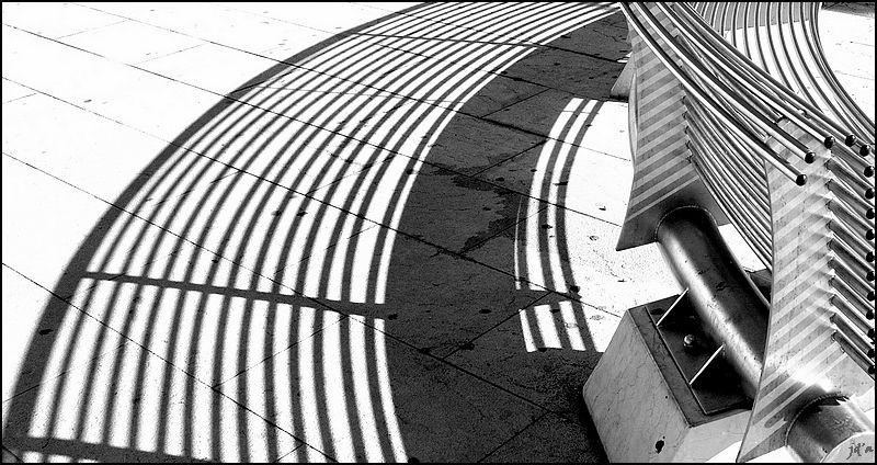 Un banc public projette son ombre