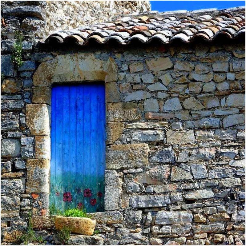 Une porte peinte sur une vieille façade