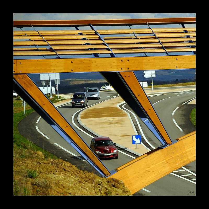Une route vue à travers une passerelle