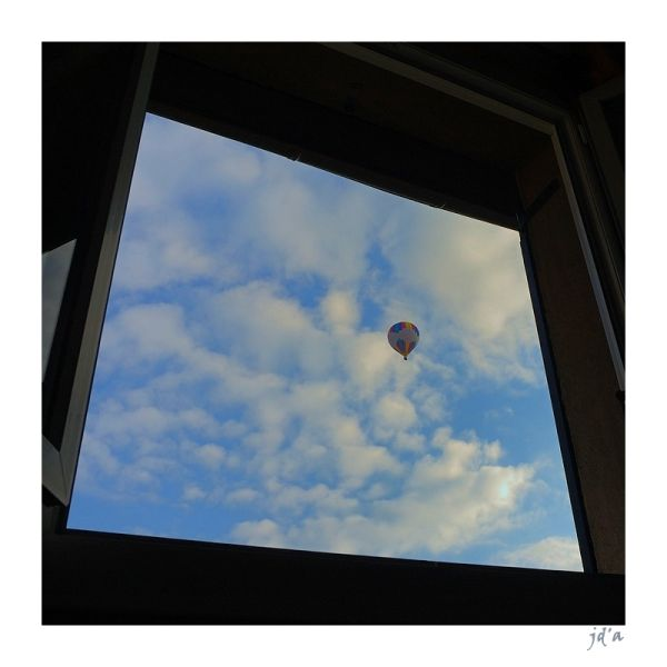 Une montgolfière vue d'une fenêtre