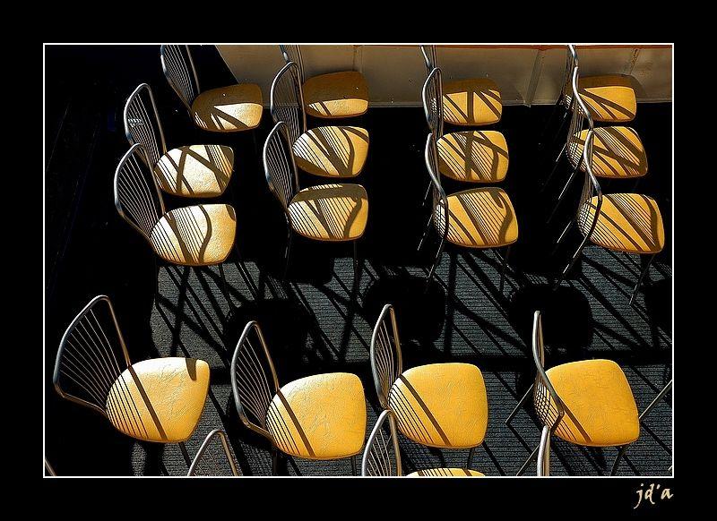 Des chaises jaunes attendent des touristes.