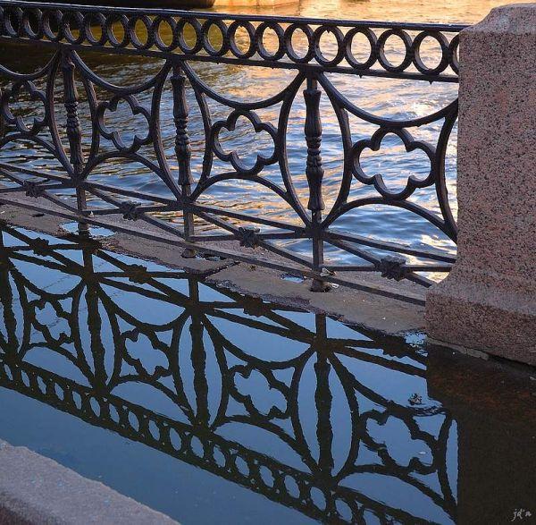 une barrière et son reflet