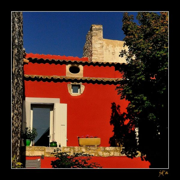 La façade rouge sur un ciel bleu