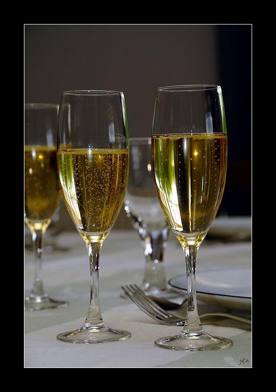 des flûtes de champagne sur la table