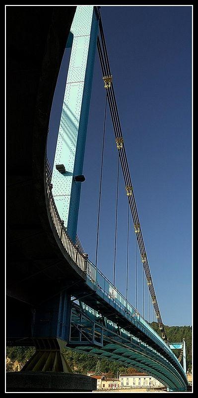 Un pont suspendu