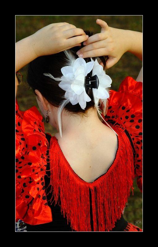 Une enfant donne une dernière touche à sa coiffure