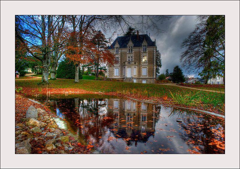 Un petit château dans la ville de Pouzauges