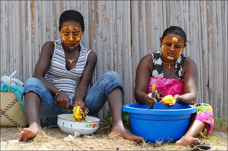 Préparation du repas de mangues à Madagascar