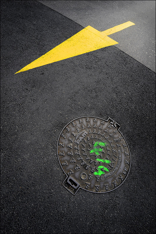 Yellow arrow on e french street
