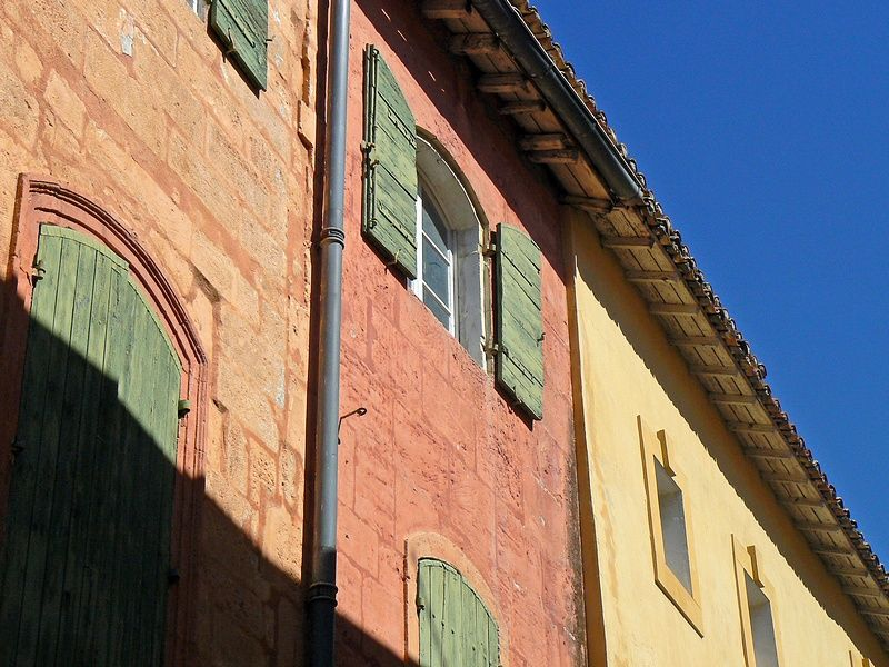 colored houses of old town Tarascon