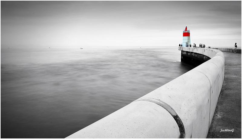 Le phare au bout de la jetée  ...