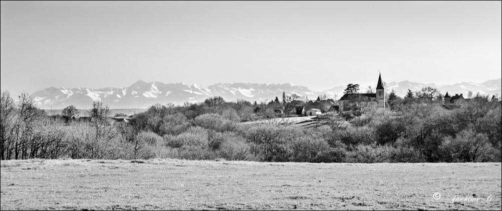 Le petit village sur la colline
