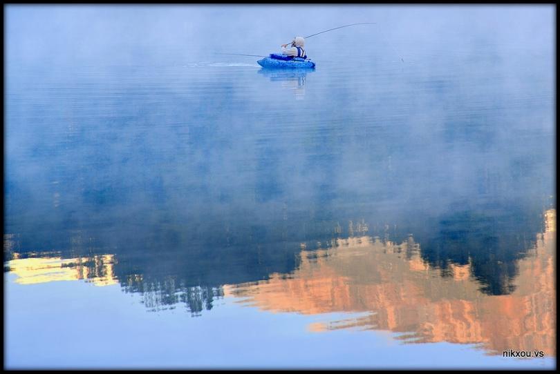 dans la brume pieds dans l'eau