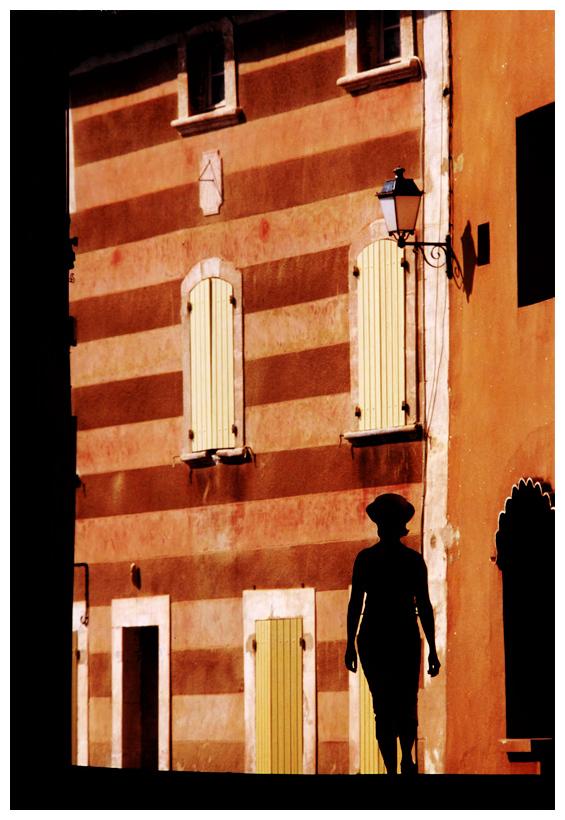 Dans une rue de Roussillon