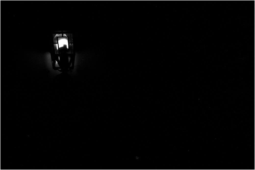 La lumière émerge du noir