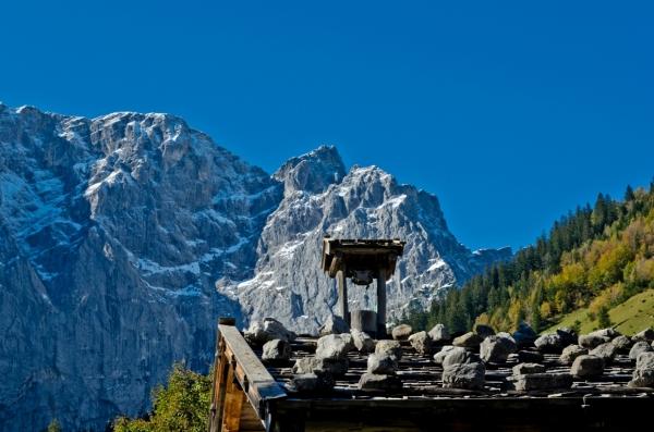 ... traditional alpine architecture ...