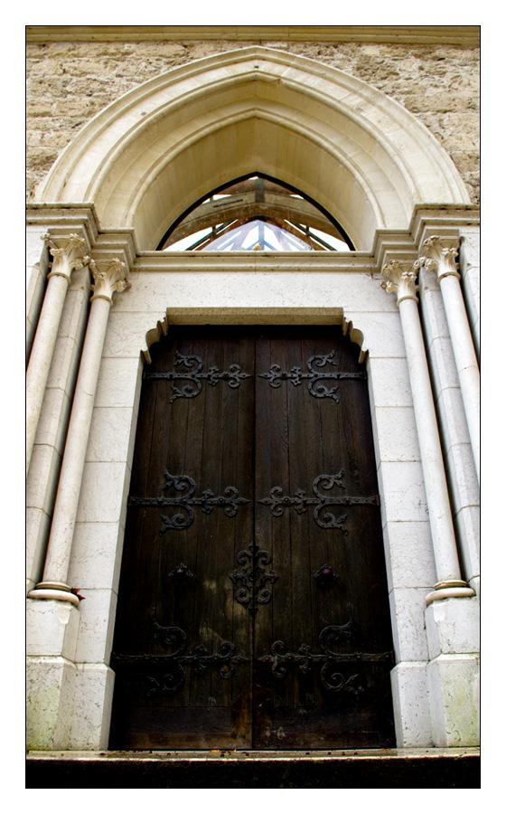 Porte d'entrée d'une église.