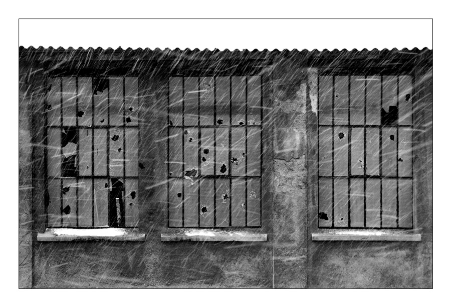 Neige qui tombe face à une fenêtre