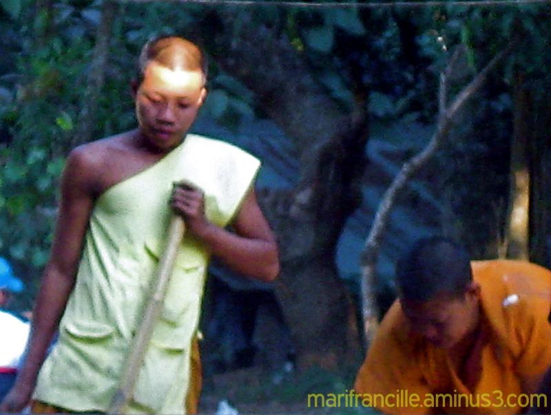 buddhist monks, monks working, thailand, monks in