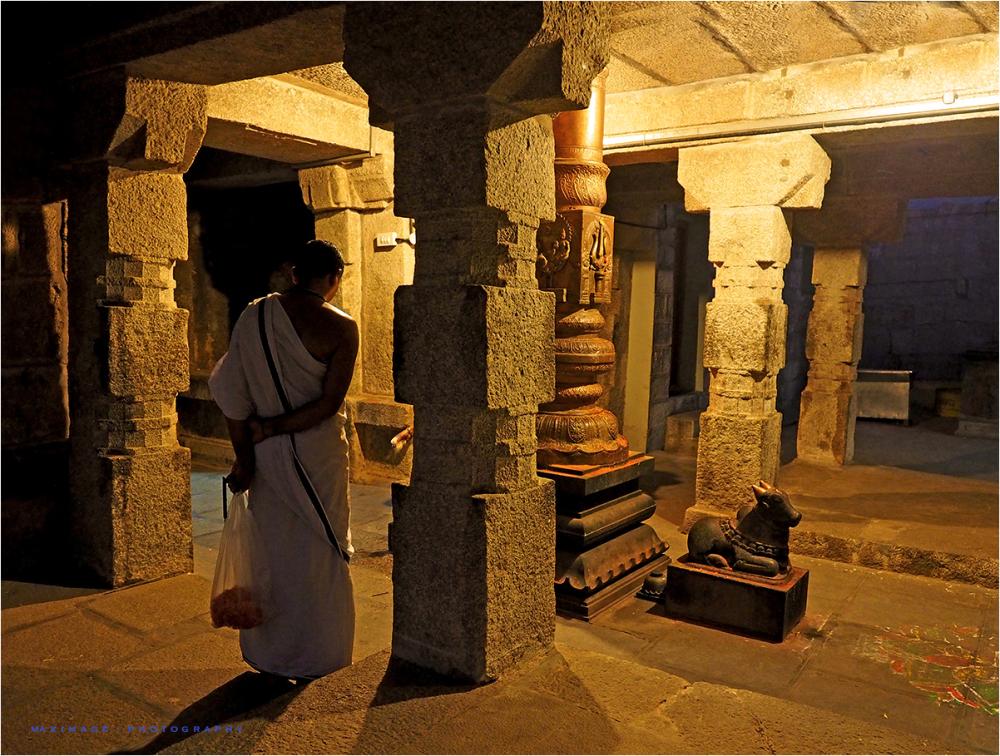 A la porte du Temple...