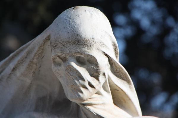 """Detall de l'escultura """"La Solució""""."""