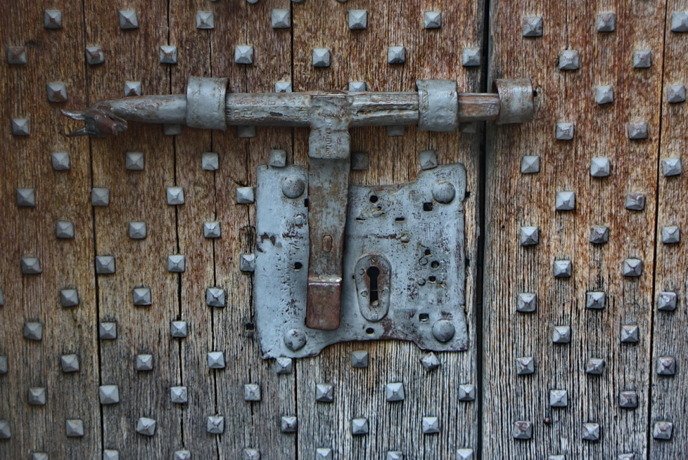 Porta ferrada i forrellat