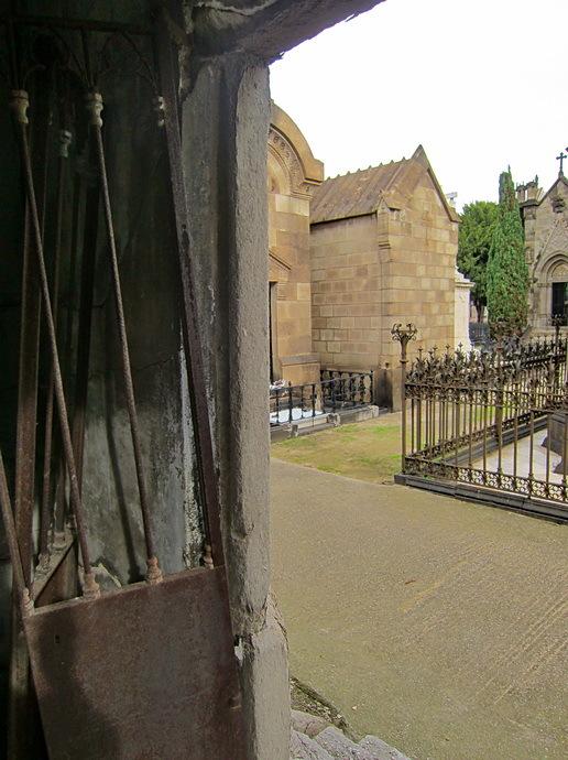 Visita al cementiri - 7. Des de dins