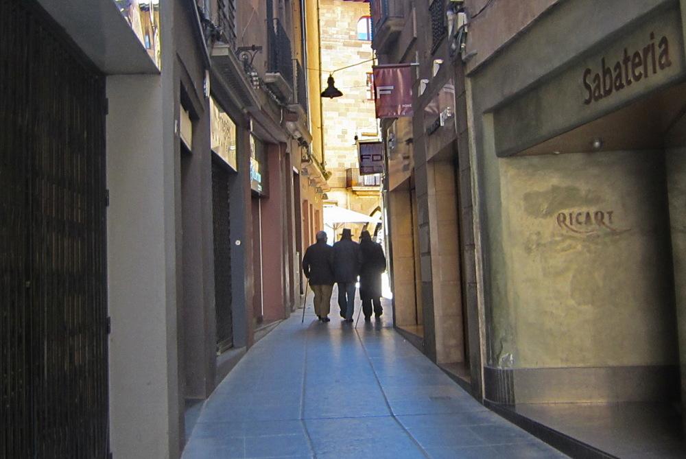 Tres senyors al carrer estret.