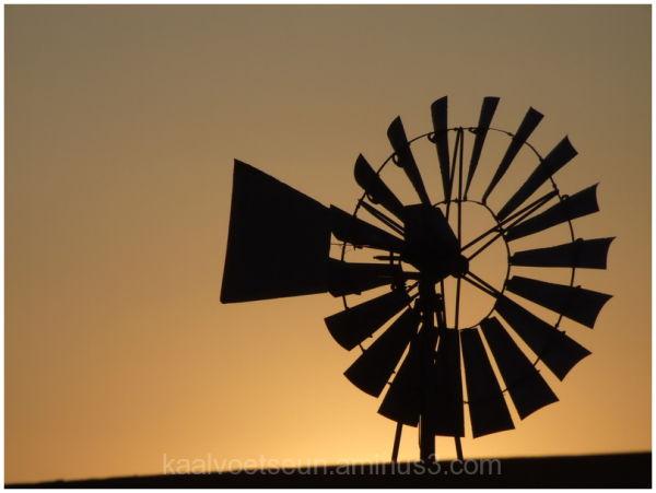 'n windpomp met sononder