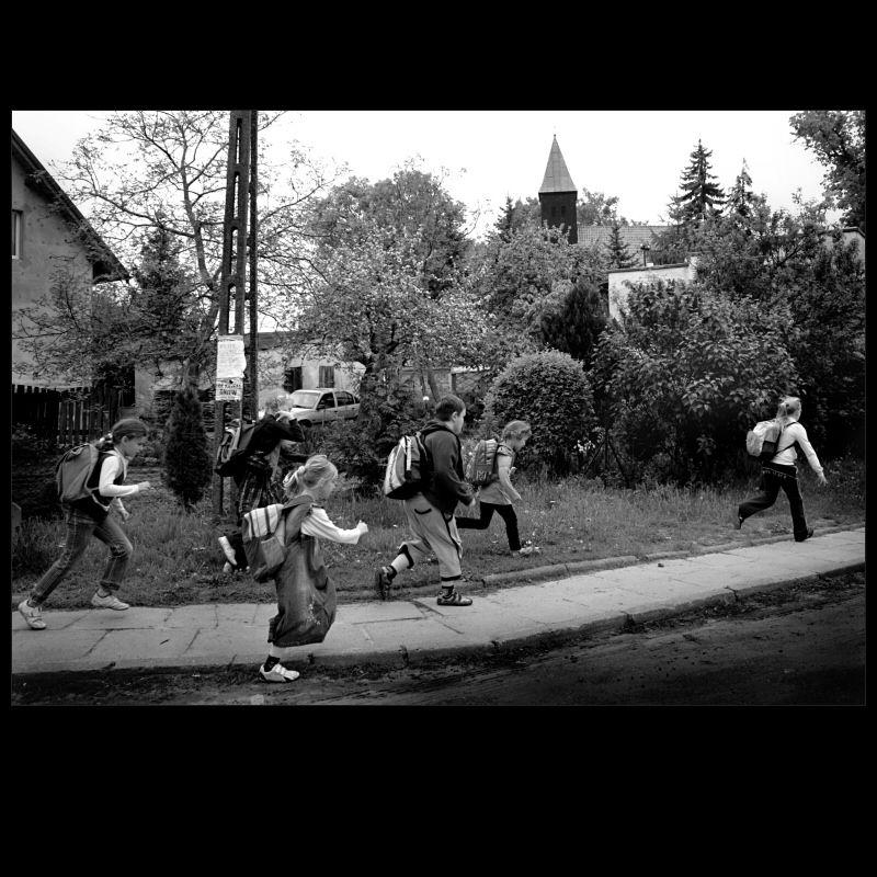 vellage children running - 2