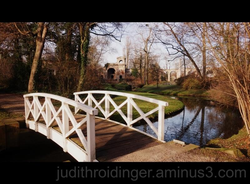 weiße Brücke Garten