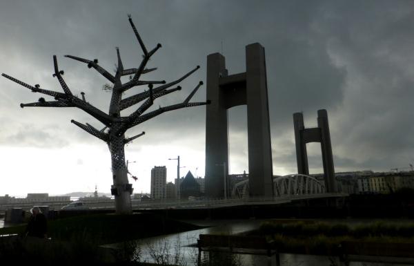 Le pont de Recouvrance à Brest .