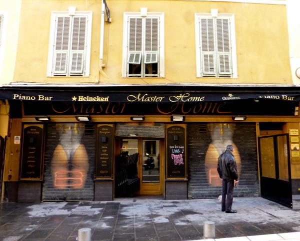 Piano Bar .
