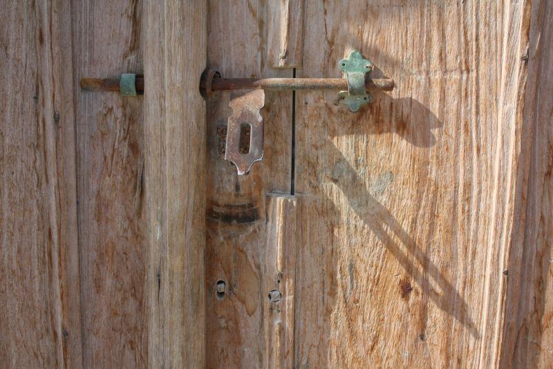 سایه ای پشت در