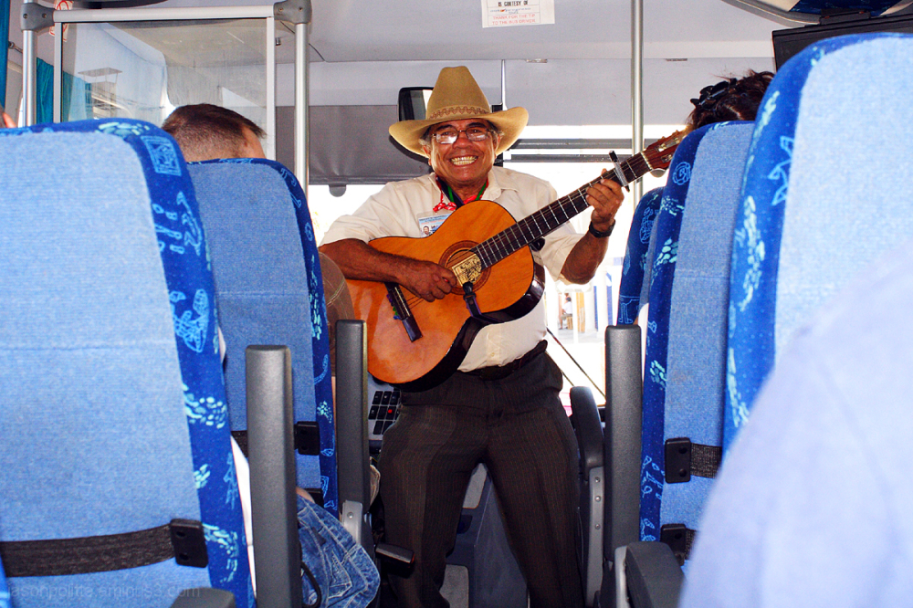 AutoProgreso musician performs before bus leaves