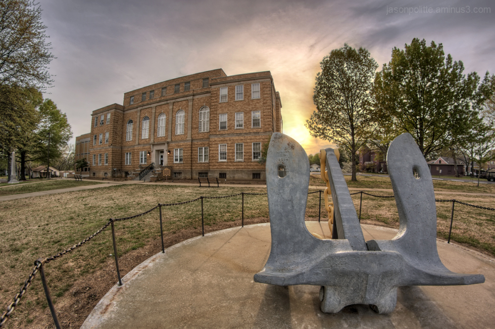 Faulkner County Courthouse & WWII memorial anchor