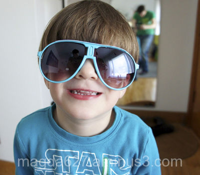 Antoni's many faces: sun glasses