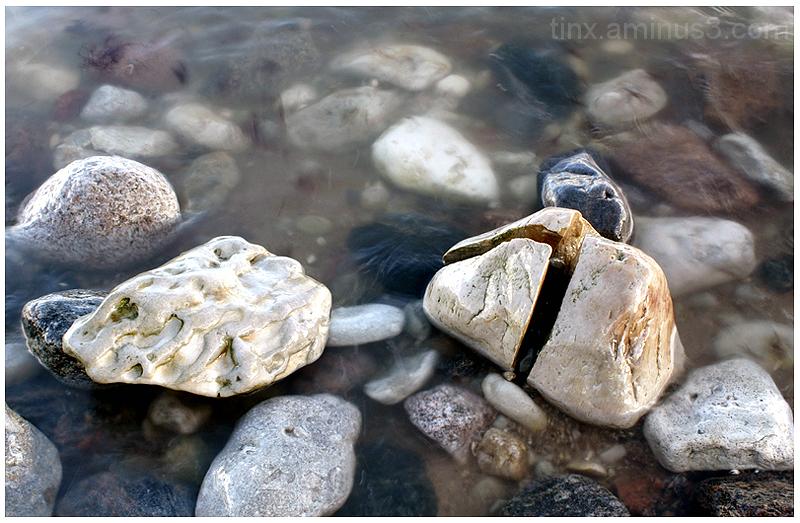 Kivid vees, Stones in water