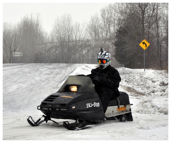 La motoneige noire, The black snowmobile