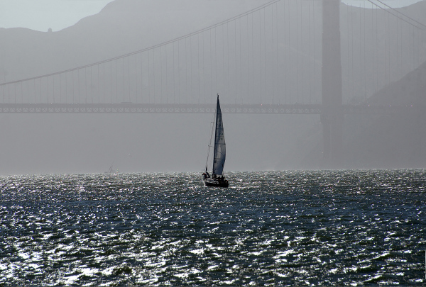 Navegando bajo el puente. Sailing under the bridge