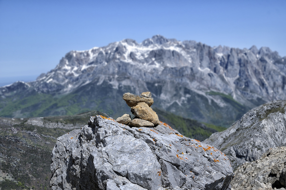 Hito. Cairn.
