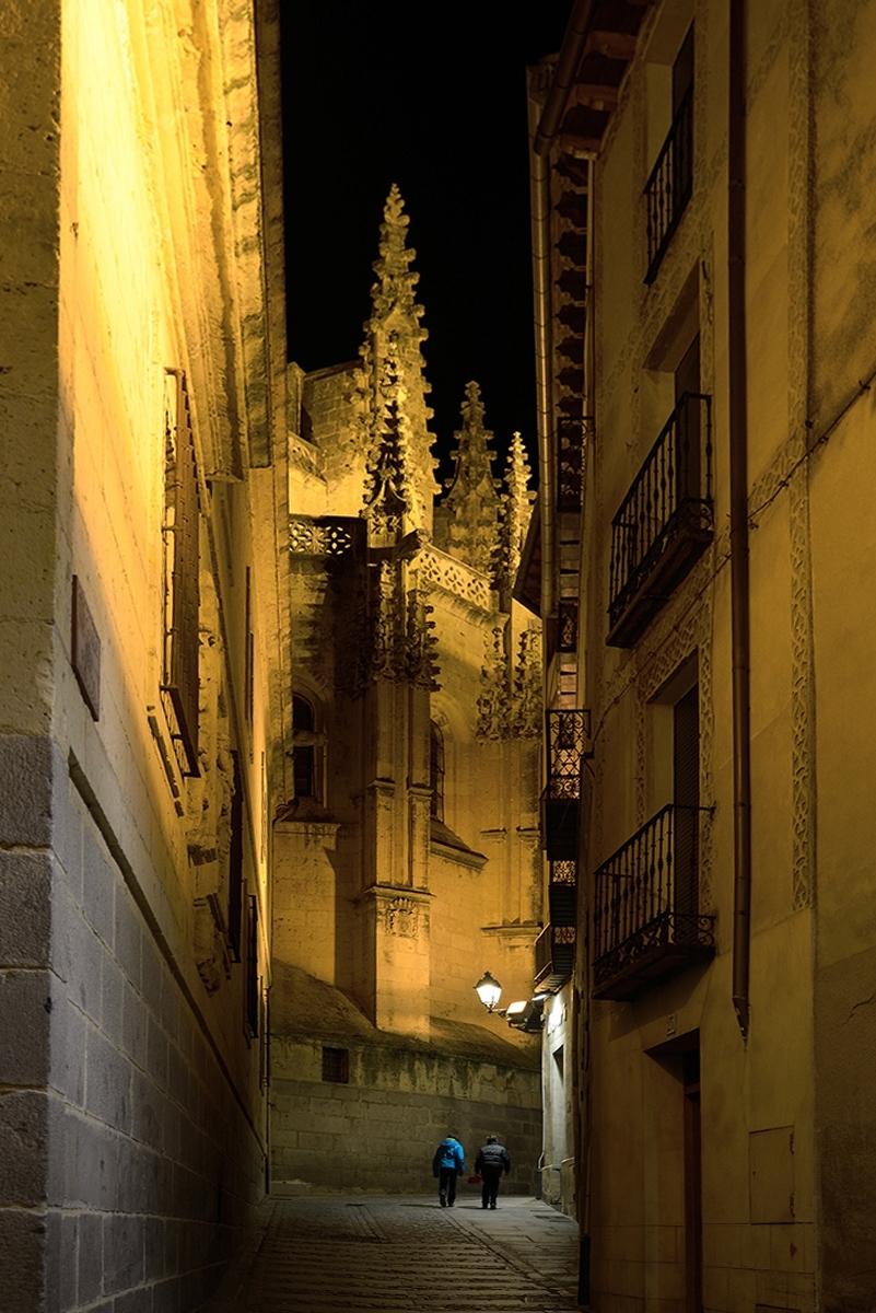 Calle estrecha. Narrow street.