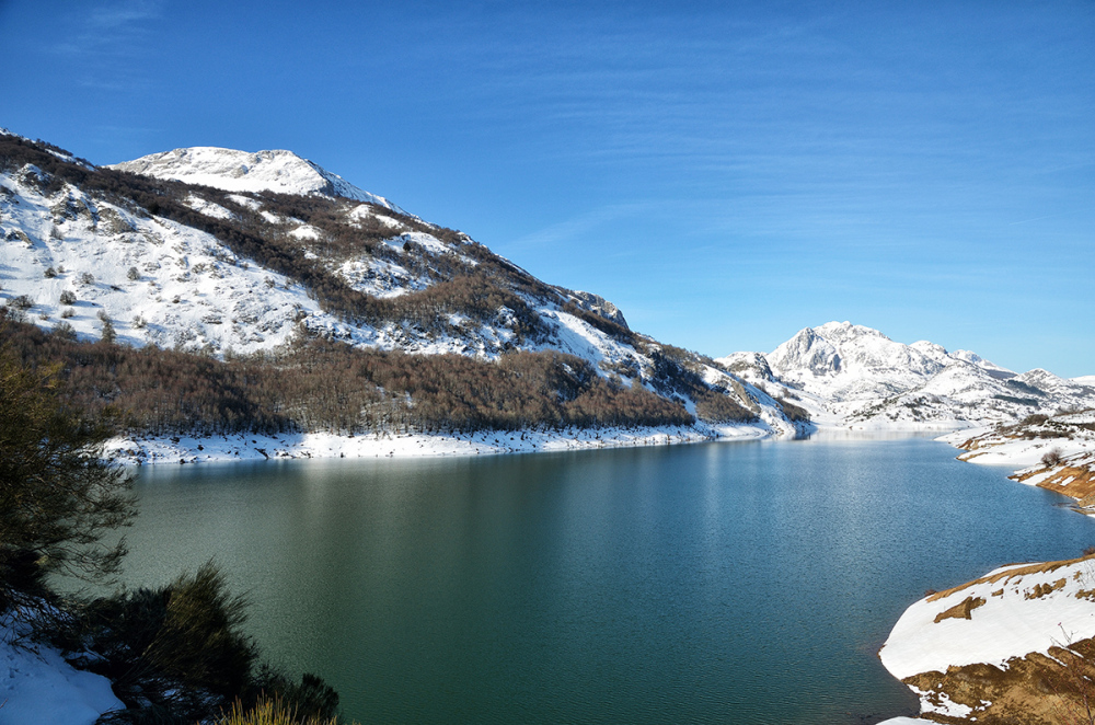 Agua y nieve. Water and snow.