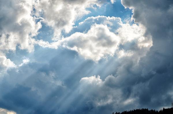 Luz entre nubes. Light amid clouds