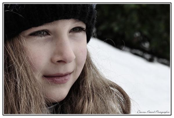 Petite fille sous la neige