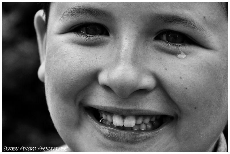 enfant garçon sourire larme