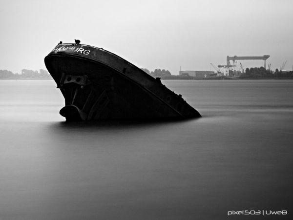 Hamburg | Elbe - Shipwreck - Shipyard