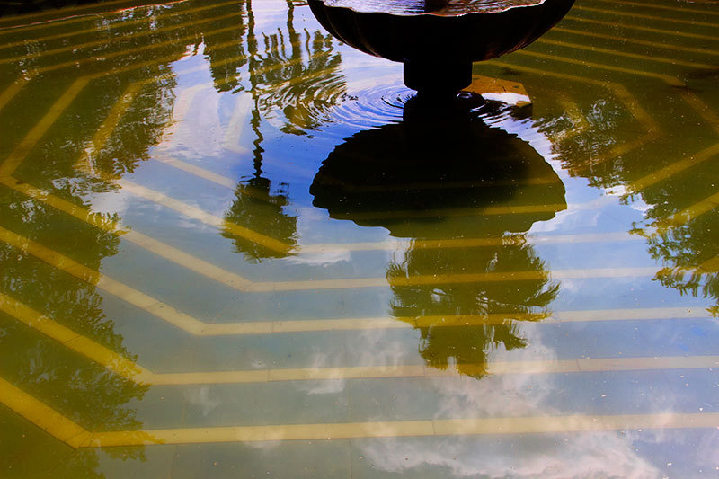 yellow stripes in fountain