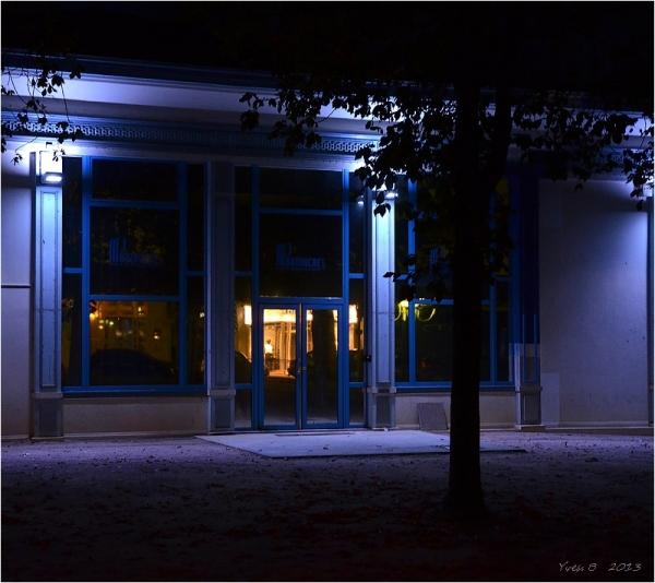 Reflet doré dans nuit bleue